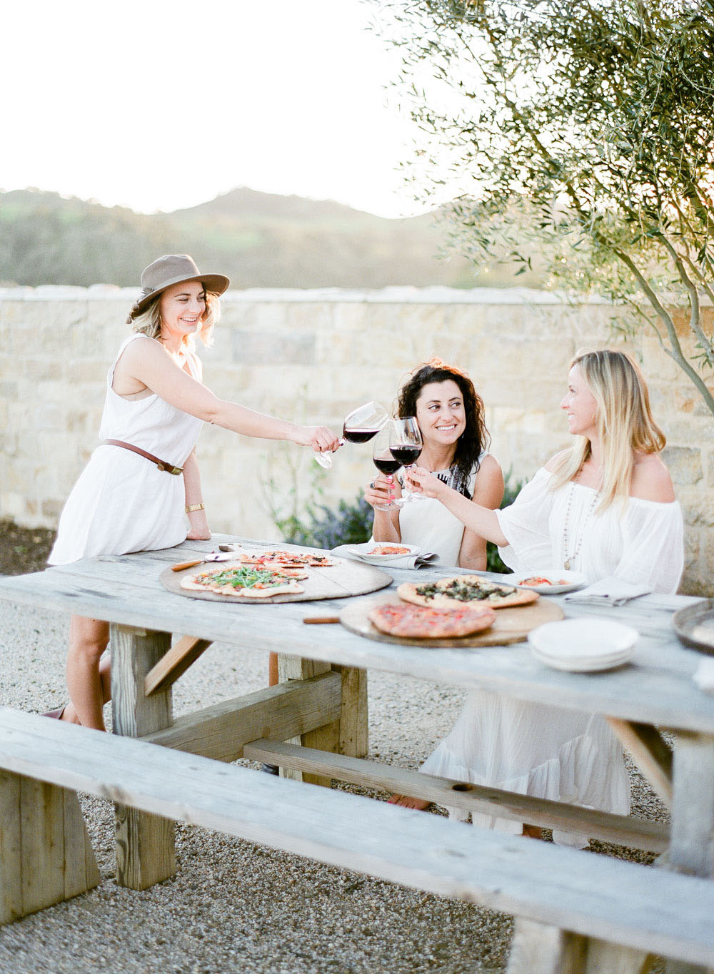 kellyoshiro.com | Photo: Jeanni Dunagan for Flutter Magazine | Chic Pizza Party Ideas | Prop stylist for food